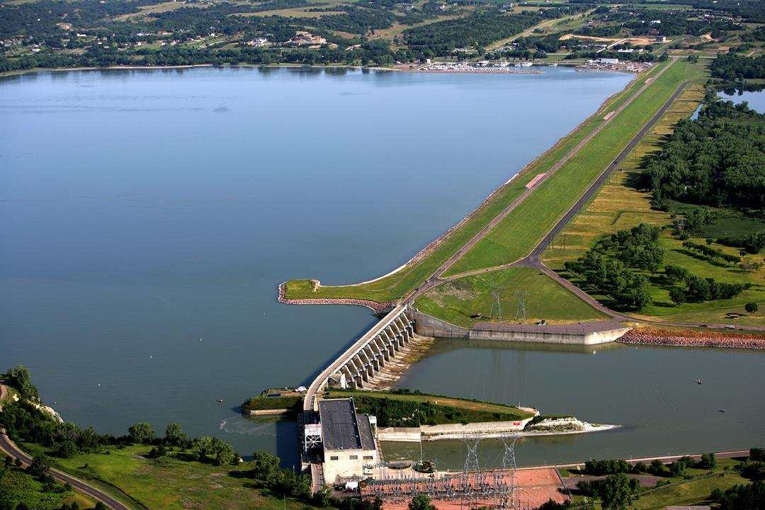 Aerial view of Gavins Point embankment, spillway and powerplant (Photo by Dave Tunge)